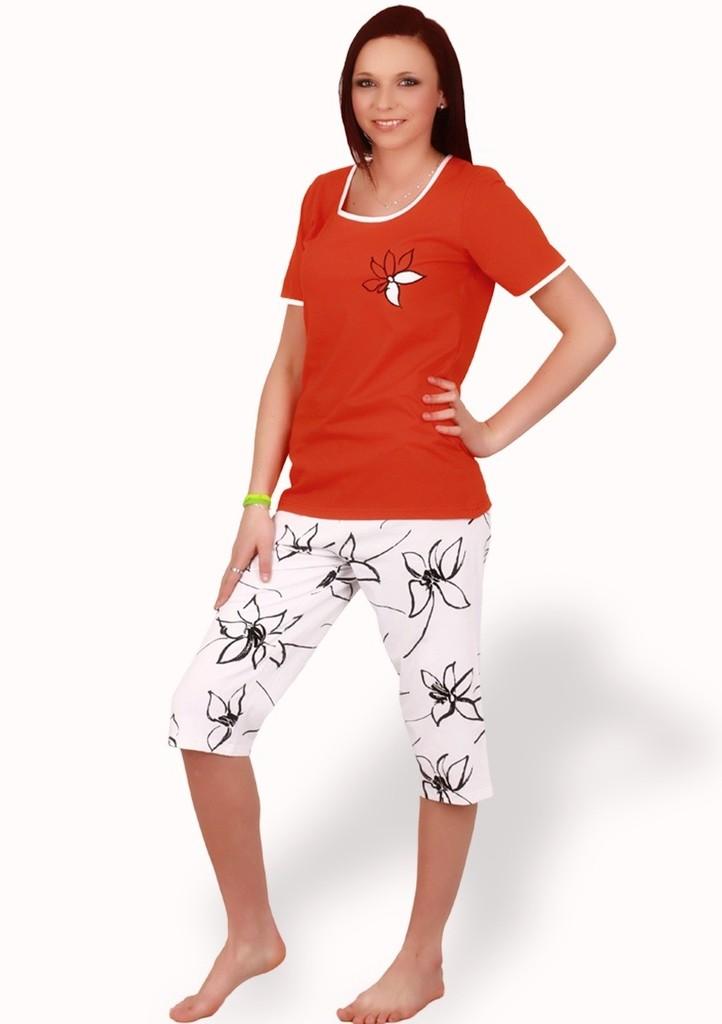 Dámské pyžamo s obrázkem květiny a capri kalhotami